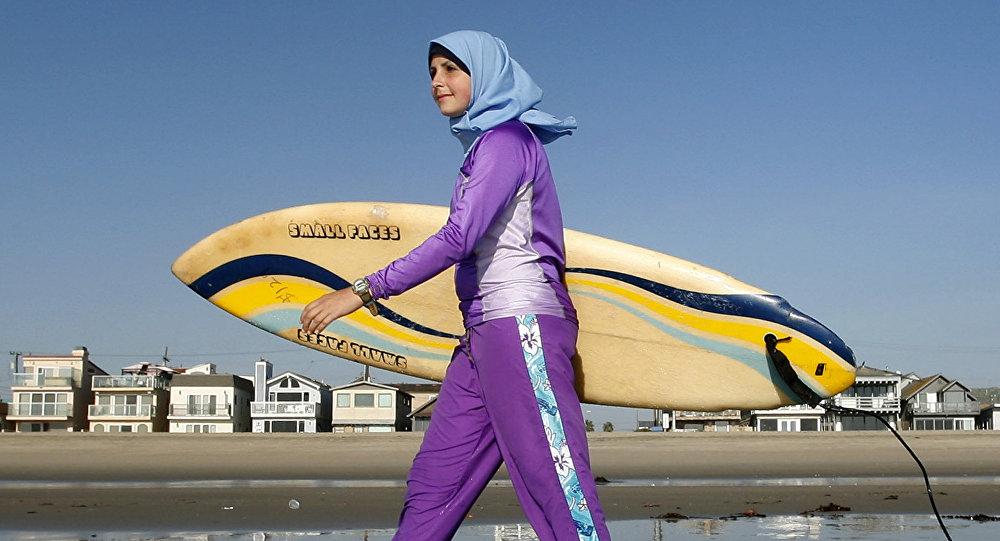 Une fille en burkini