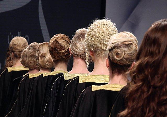 Les salons de beauté de Dubaï cherchent des poux dans la tête de leurs clientes