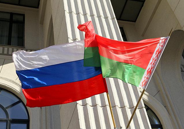 les drapeaux russe et biélorusse