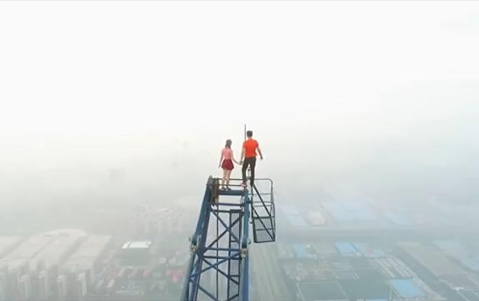 Ce couple grimpe sur la plus haute tour en construction du monde