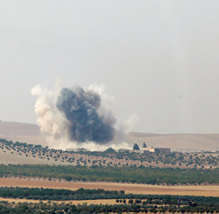 Un nuage de fumée monte depuis la ville frontalière syrienne de Jarablos