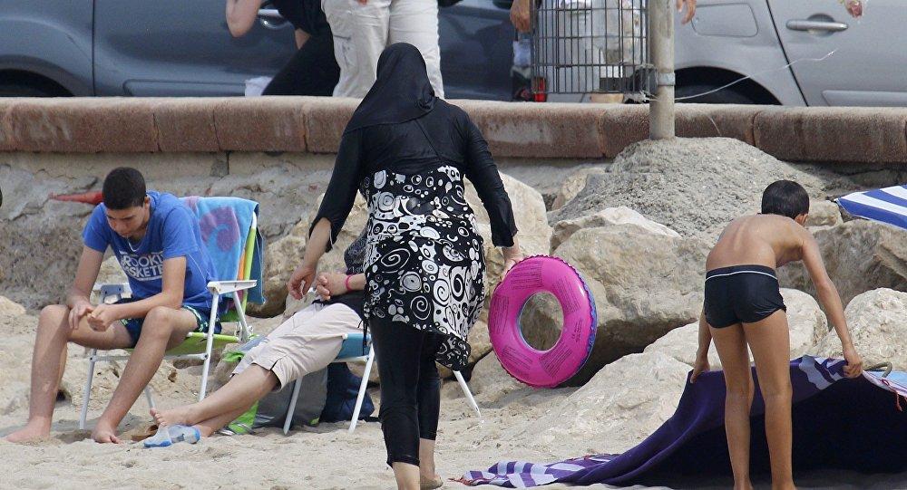 «Retournez en Algérie»: une femme en burkini «jetée» d'un parc aquatique en France