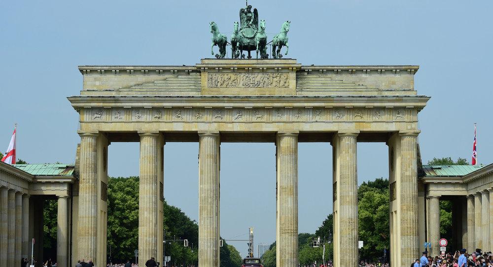 Des allemands manifestent sur la porte de brandebourg contre les migrants s - L encadrure de la porte ...