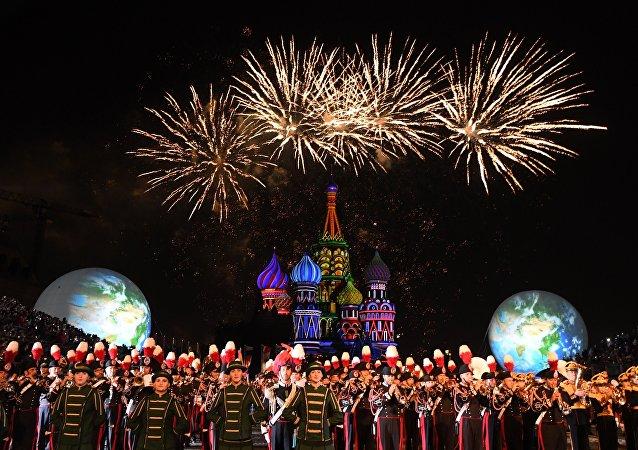 Feux d'artifices sur la place Rouge qui accueille le festival