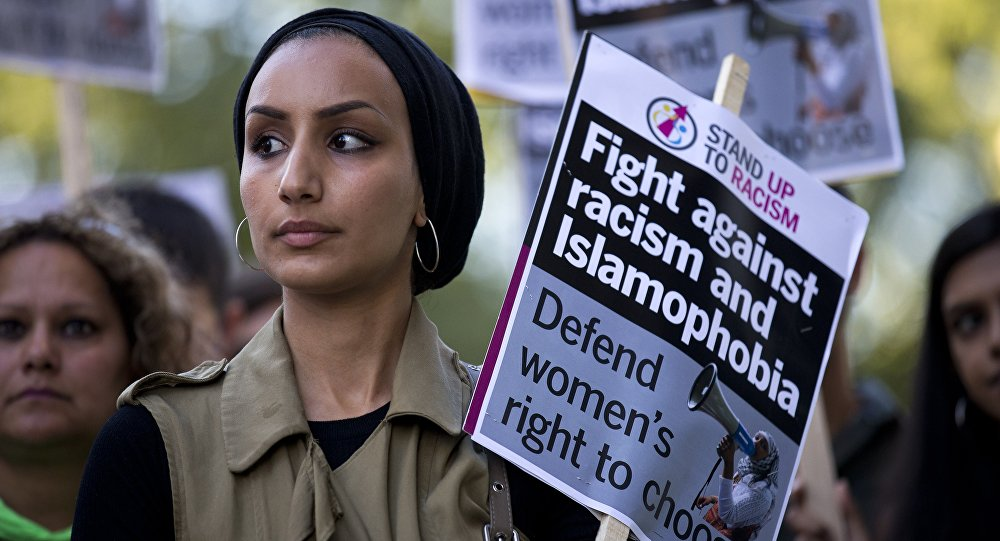 Les Britanniques n'ont cesse de critiquer la conduite des policiers français veillant au respect de l'arrêté anti-burkini en vigueur sur certaines plages.