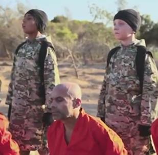 Un jeune britannique exécutant un homme sur une vidéo de l'EI identifié