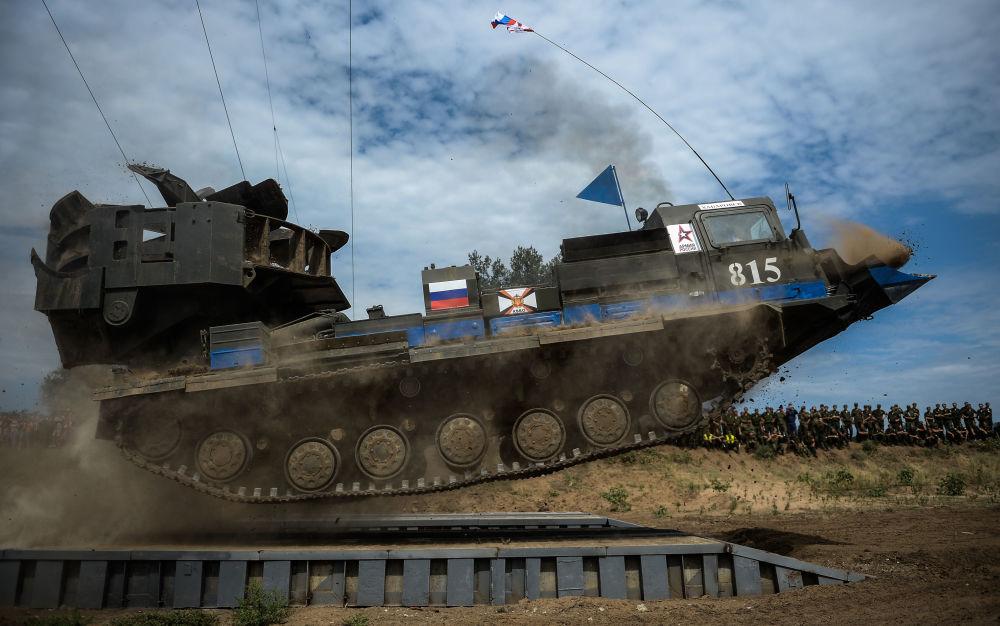 L'équipage du tracteur destiné à creuser des tranchées MDK-3 de l'armée russe lors de compétitions dans la région de Volgograd