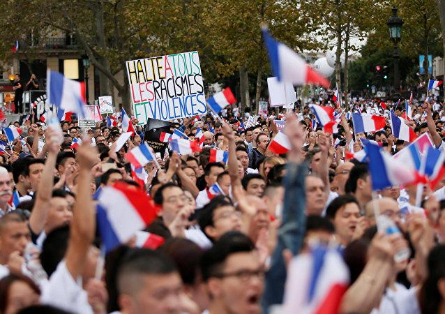la communauté chinoise de France manifestent à Paris