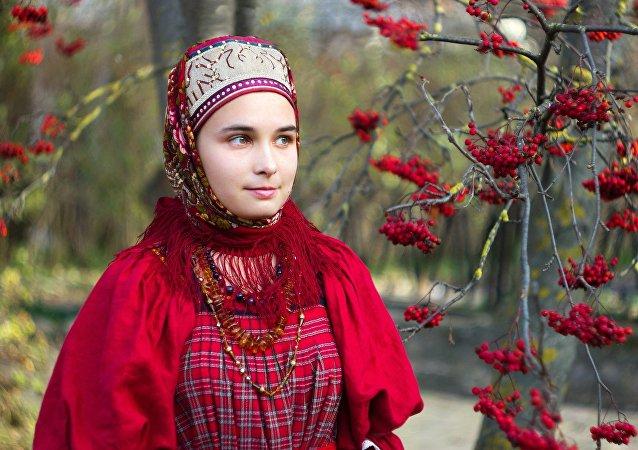 Une jeune femme au costume folklorique du Nord russe. Image d'illustration