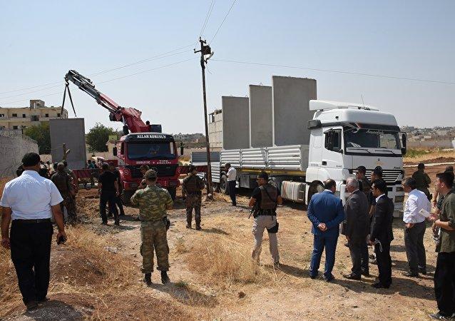Les autorités civiles et militaires inspectent la construction d'un mur de sécurité à la frontière turco-syrienne