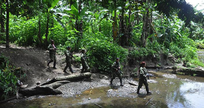 Les partisanes des FARC patrouillent les lieux