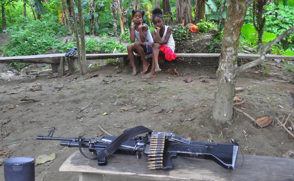 Les enfants locaux près du camp des FARC