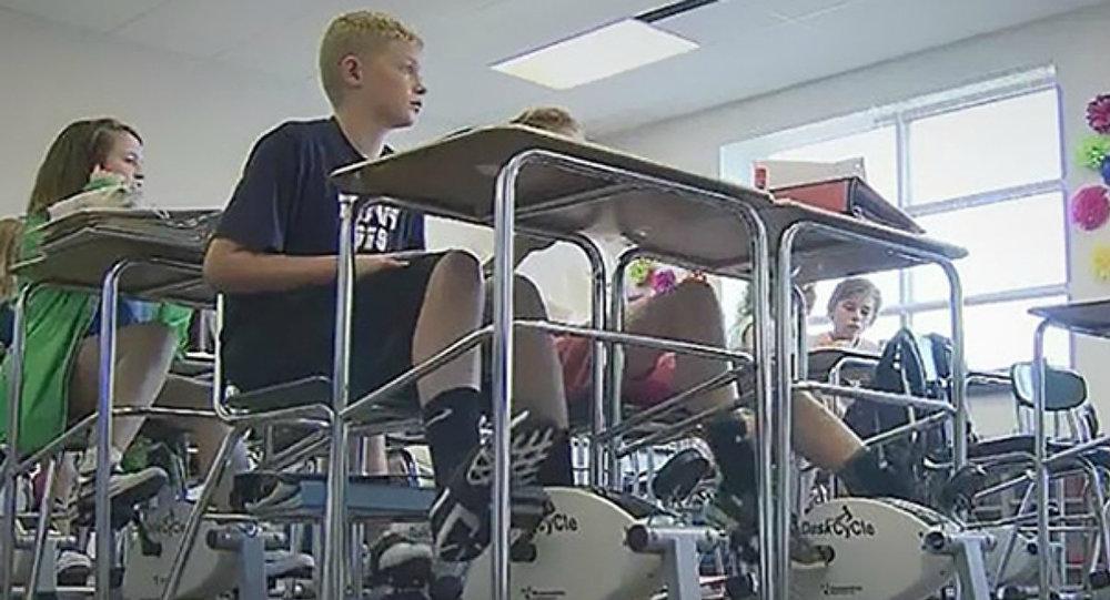 Machines à vélo sous les bureaux de ses élèves