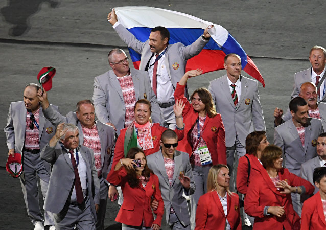 Ils l'ont fait: les paralympiens biélorusses brandissent le drapeau russe à Rio