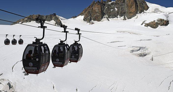 Télécabines dans les Alpes. Archive photo