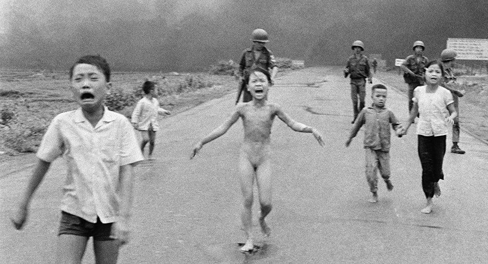 Petite Vietnamienne brûlée au napalm