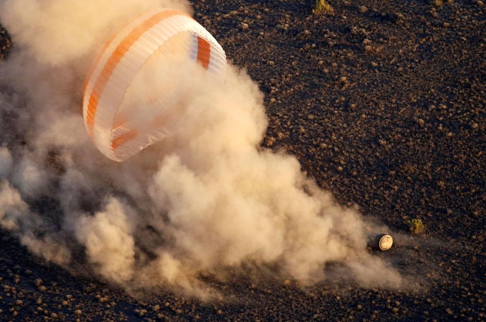 Le holding spatial russe Roskosmos a publié samedi plusieurs vidéos impressionnantes montrant le retour sur Terre de la capsule Soyouz TMA-19M et notamment l'une d'entre elles où on peut observer la rentrée dans l'atmosphère par les yeux des astronautes