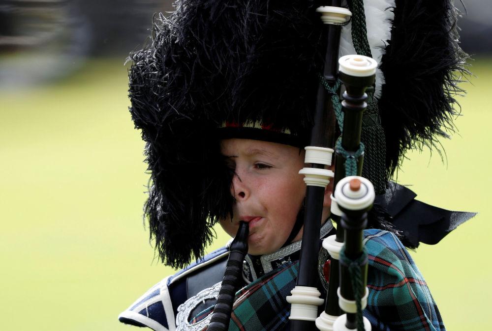 Un jeune cornemuseur à Braemar, en Écosse