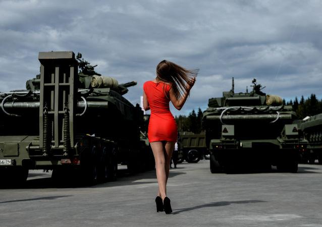 Une visiteuse lors le forum international militaire et technique Armée 2016