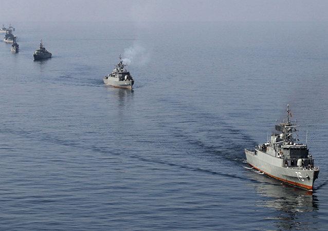 Des navires iraniens pendant les manoeuvres Velayat-90 dans le détroit d'Ormuz