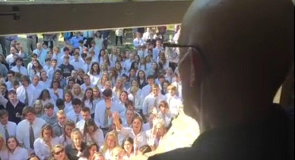 400 élèves soutiennent leur professeur en chantant — Cancer