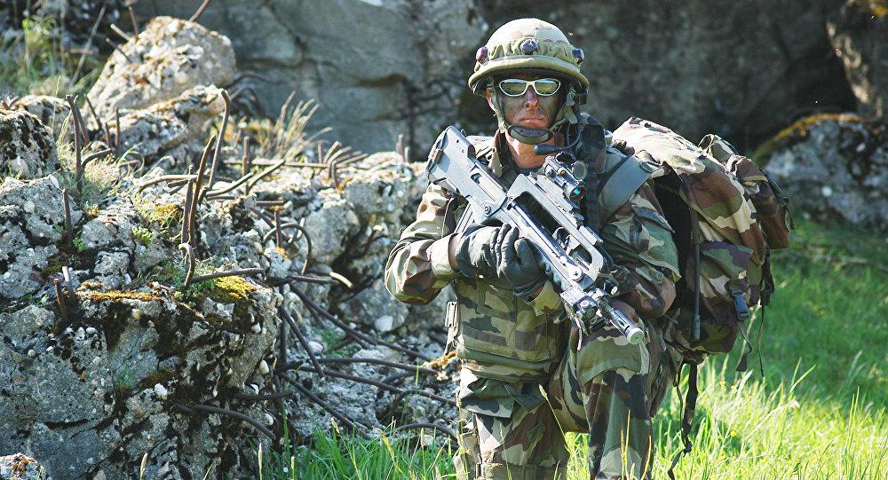 Soldat français armé de FAMAS