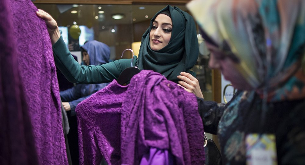 Frauen in einem Niqab-Shop