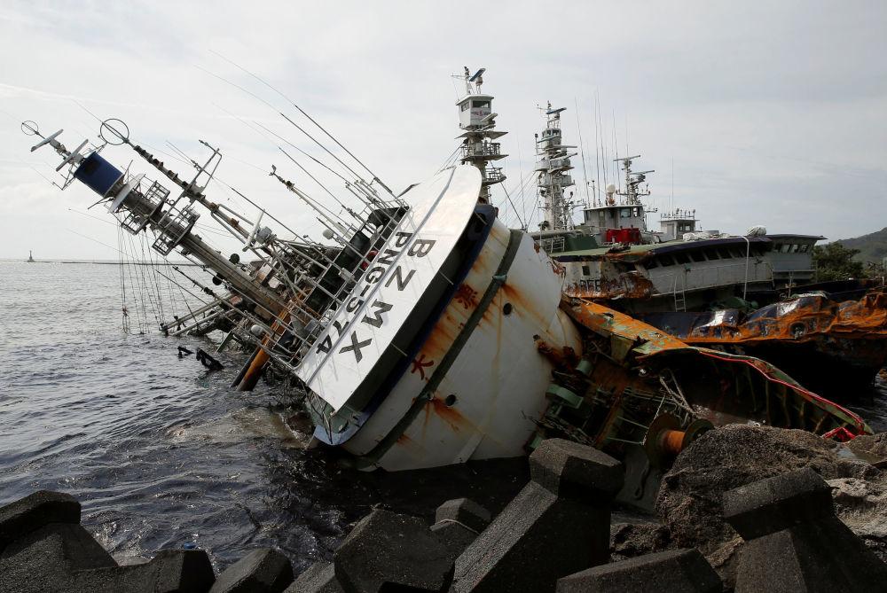 Опрокинутое ураганом Меранти рыболовецкое судно в Тайване