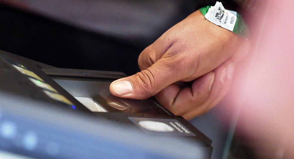 Un homme donne son empreinte digitale