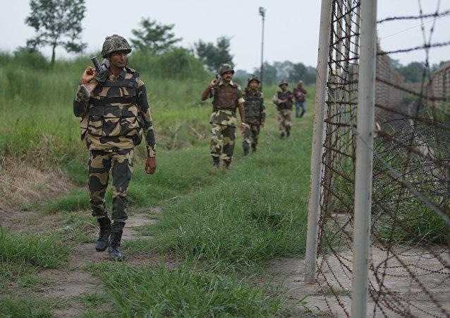 Des soldats indiens patrouillent la zone le long de la frontière de l'Inde-Pakistan en Akhnoor, Jammu-et-Cachemire, Inde