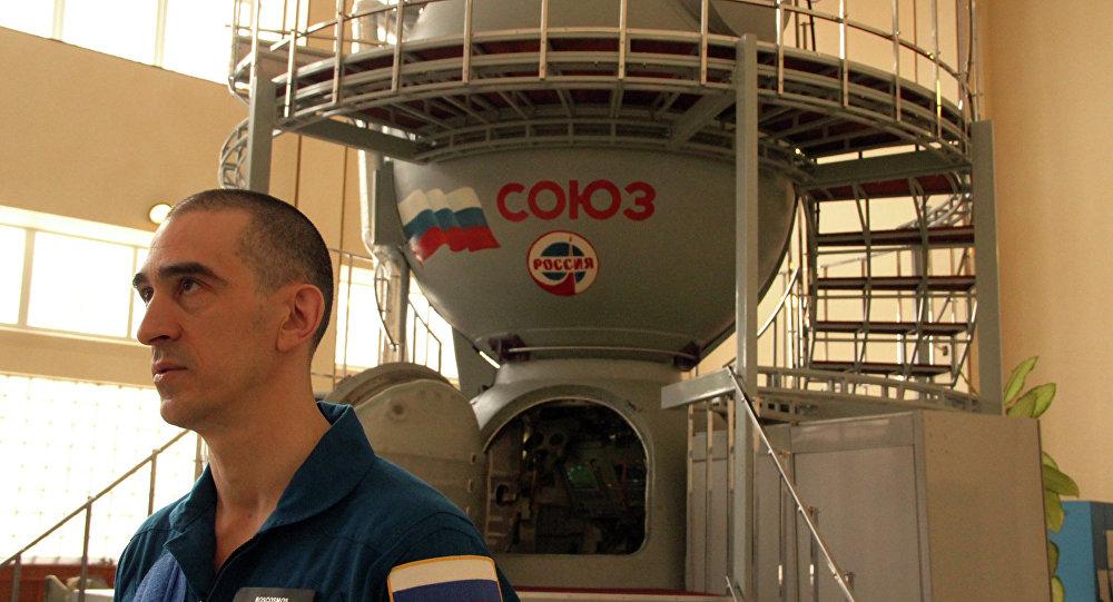 Le cosmonaute Anatoli Ivanichine près du simulateur du vaisseau spatial