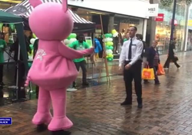 Un policier danse avec un immense cochon rose… pour la bonne cause