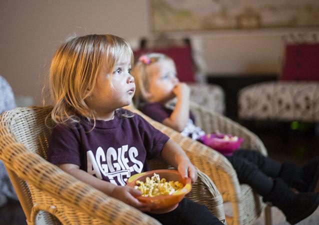 les enfants  regardntr la télé