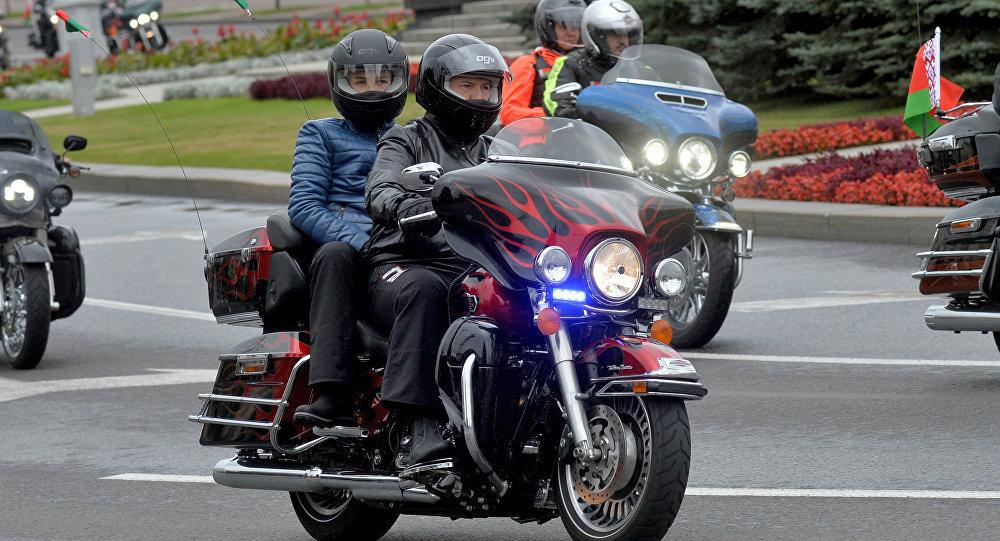 Quand le président biélorusse se transforme en motard