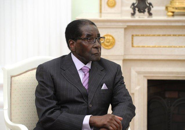 Mugabe s'endort lors de sa 1ère apparition publique après le putsch au Zimbabwe (vidéo)