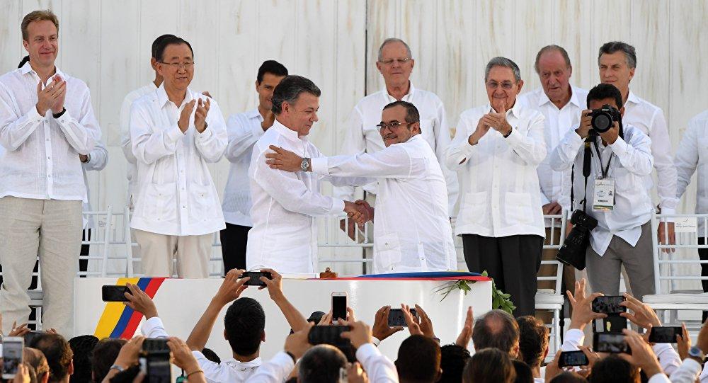 Le président colombien Juan Manuel Santos et le commandant en chef des Farc Timochenko