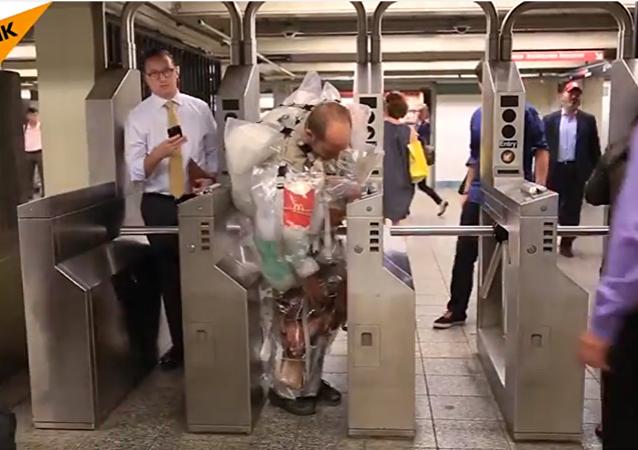 Un Américain porte des ordures sur lui-même
