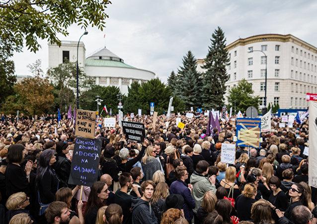 La «Protestation noire» donne de la voix contre l'interdiction de l'IVG en Pologne