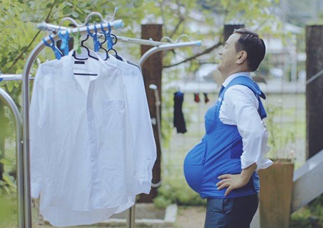 Les politiques japonais portant un veste en forme d'un vente de femme enceinte