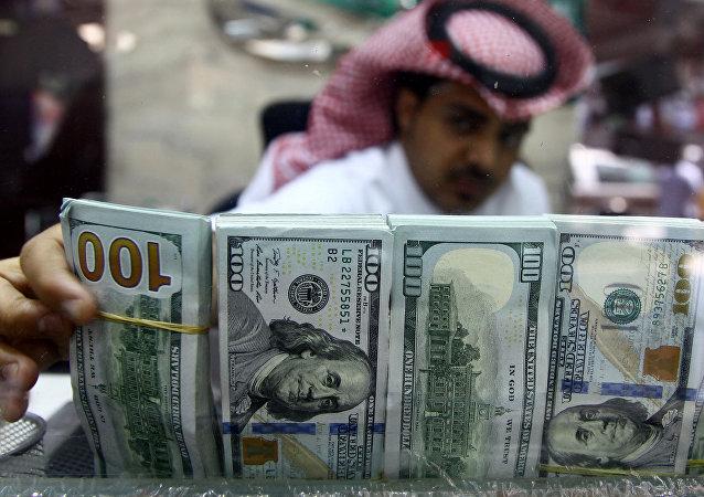 Le Saoudien avec des les billets de banque américain