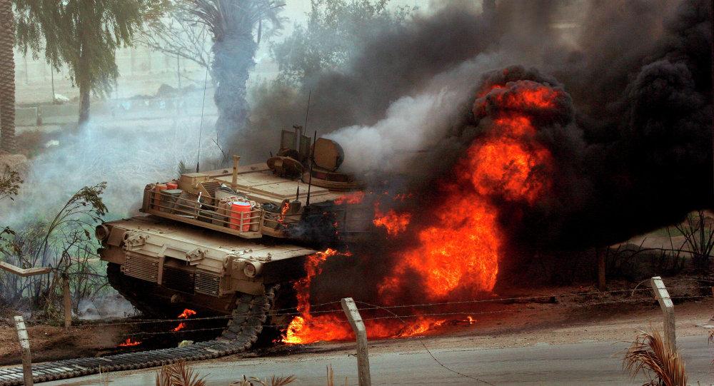 Des flammes énormes sortent d'un char de combat américain Abrams