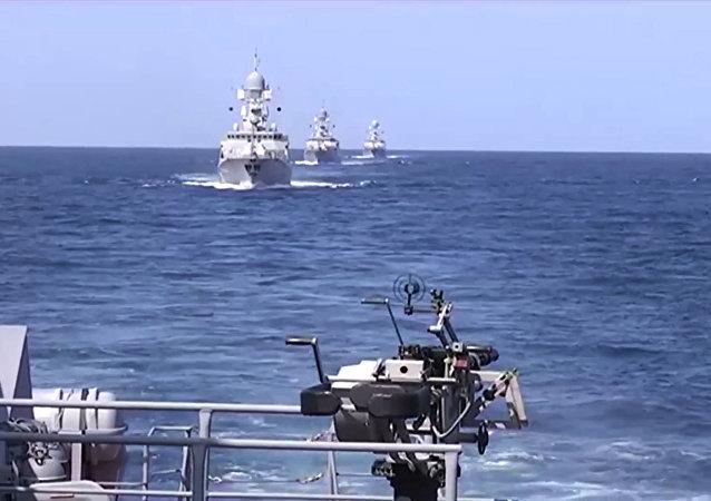 Navires russes dans les eaux côtières dans le nord de la Syrie