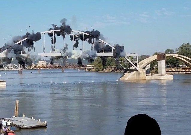 Un pont vieux d'un siècle résiste à l'explosion