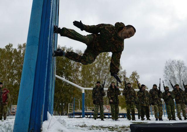 Un homme fait un exercice acrobatique lors des tests de qualification au centre de formation Gorny aux abords de Novossibirsk