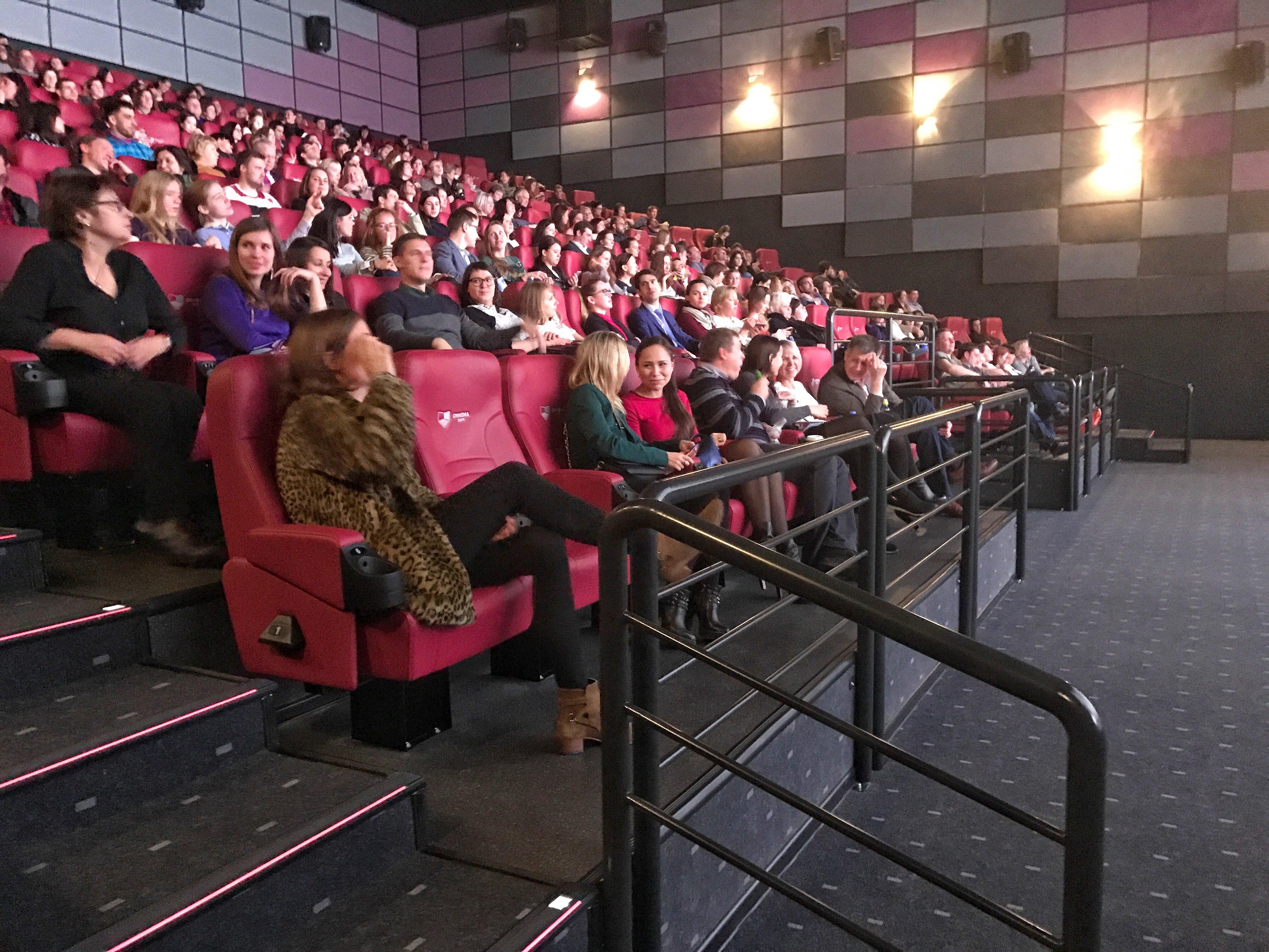 Justine Triet a décidé de rester dans la salle pour le début de la projection pour assister à la première séance en Russie et vérifier le son