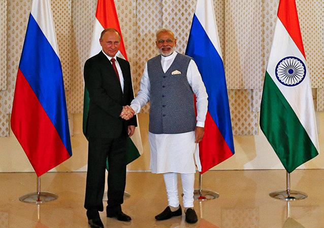 Le président russe Valdimir Poutine et le premier ministre indien Narendra Modi en marge du sommet de BRICS à Goa, Inde