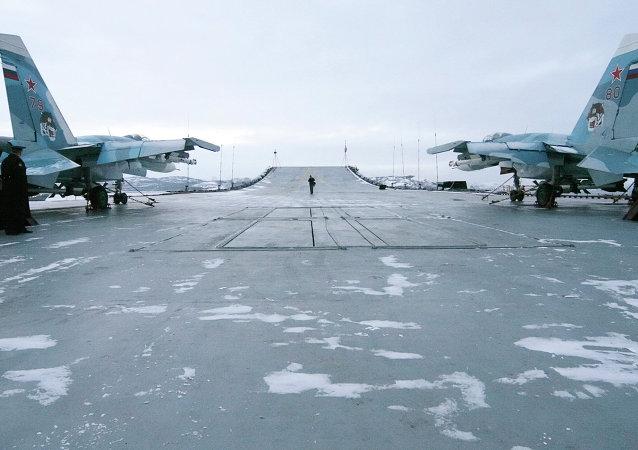 Des chasseurs embarqués Su-33 sur le pont de l'Amiral Kouznetsov