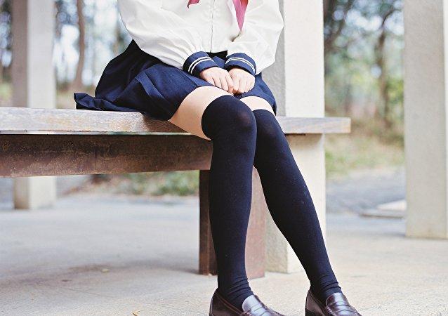 Une écolière en uniforme
