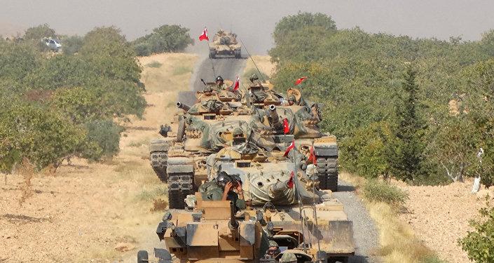 Des chars de l'armée turque font leur chemin vers la ville frontalière syrienne de Jarablus, le 24 août 2016