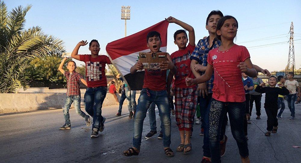 Les habitants des quartiers est d'Alep accueillis en héros
